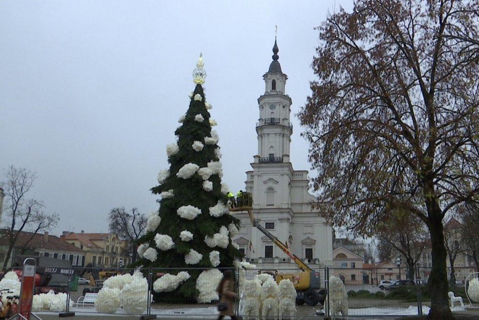 Vilnius ir Kaunas: pamatykite, kaipdidžiuosiuose miestuose puošiamos žaliaskarės konkurentės (nuotr. stop kadras)