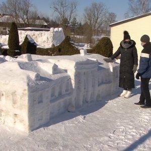 Lietuviai toliau stebina išradingumu: iš sniego – neįtikėtini kūriniai