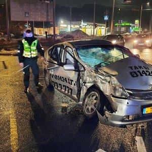 Vilniaus gelbėtojai naktį vadavo sumaitotame taksi įkalintus žmonės