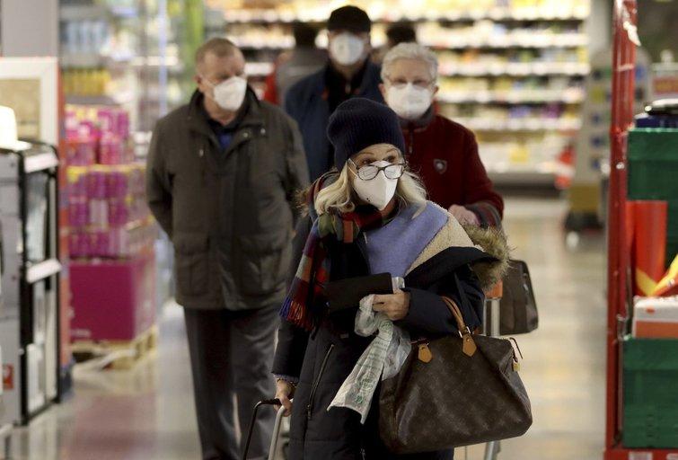 Paprastų kaukių nebeužtenka: Europoje šalys pradeda reikalauti iš žmonių dėvėti medicinines (nuotr. SCANPIX)