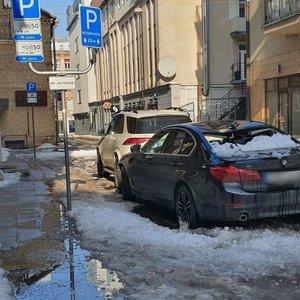 Būkite atsargūs: prabangaus BMW stogą Vilniuje suknežino nuo stogo kritęs sniegas