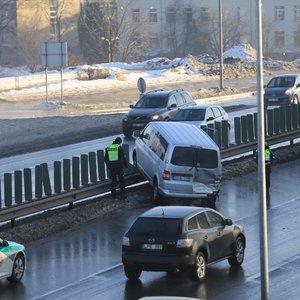 Vienoje pagrindinių Vilniaus gatvių – avarija, formuojasi automobilių spūstis