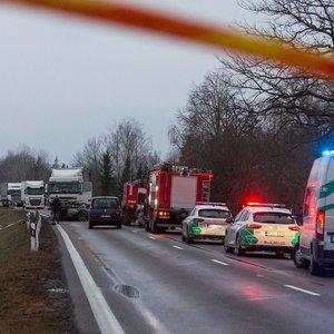 """Kraupios avarijos detalės: po kaktomušos su vilkiku užsidegusiame """"Audi"""" žuvo 17-metis"""