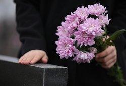 Vis dažniau laidotuvėse gyventojai vietoje vainikų neša pinigų vokelius: įvardijo, kiek į juos dėti