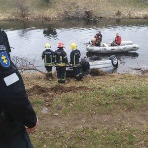 Aiškėja detalių apie į upę įlėkusį BMW: aptiko baidarininkai, automobilyje rastas merginos kūnas