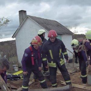 Dramatiška gelbėjimo operacija iš arti: kasdami šulinį du vyrai pateko į pragarišką situaciją