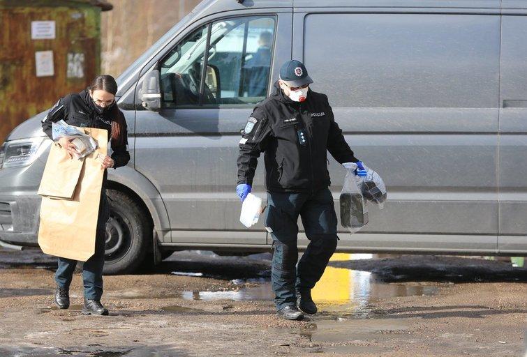 Vilniuje Karoliniškėse metalinių garažų teritorijoje aptikti sprogmenys (nuotr. Broniaus Jablonsko)