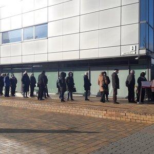 Prie Vilniaus savivaldybės – eilė: kelios dešimtys žmonių laukia skiepo nuo koronaviruso