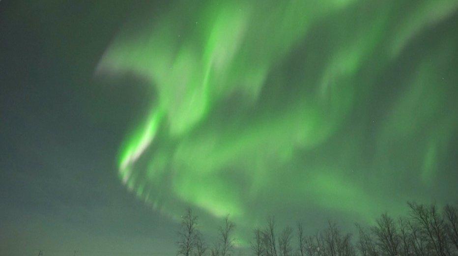 Spalvinga Šiaurės pašvaistė 30 laipsnių šalčio sukaustytoje Laplandijoje
