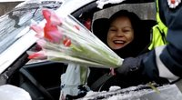 Nufilmuota: kelių policininkai Vilniuje džiugino moteris gėlėmis