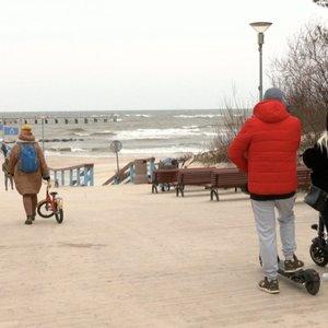 Nors oras nedžiugina, į Palangą plūsta poilsiautojai –vietiniai atvykėlių bijo