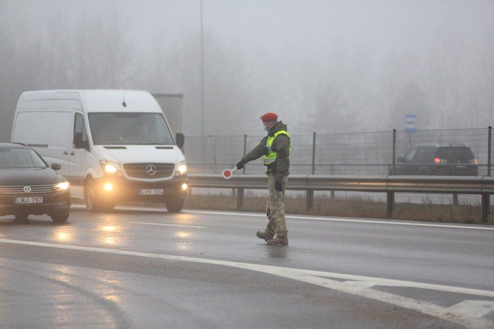 Policijos postas Avižieniuose: tikrinami į Vilnių įvažiuojantys vairuotojai ir keleiviai