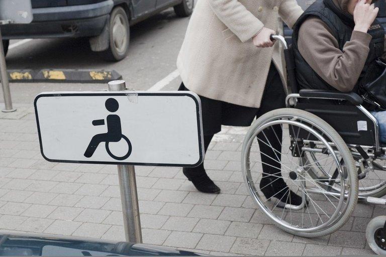 Neįgaliųjų parkavimo vieta (nuotr. Fotodiena.lt/Audriaus Bagdono)