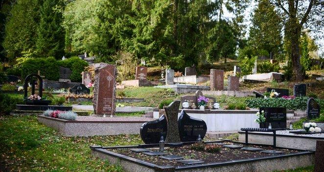 Pasižvalgykite: lietuviai ruošia kapus Vėlinėms