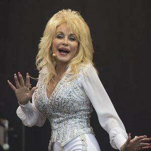 """74 metų Dolly Parton – apie plastines operacijas ir tai, kodėl niekada nepasens: galvoja pozuoti net """"Playboy"""""""