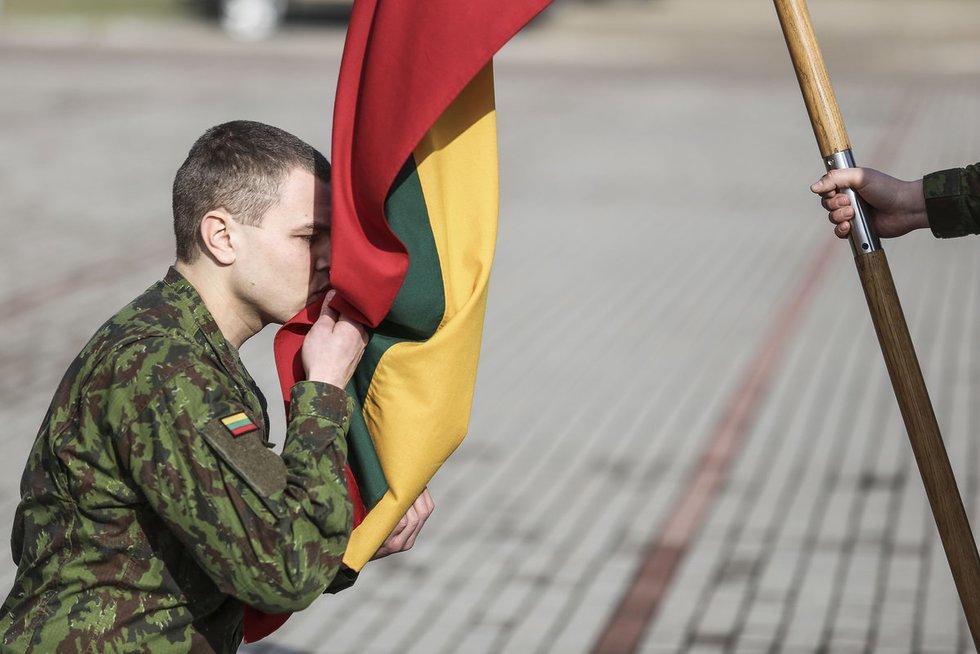 Šauktinių išleidimo į atsargą ceremonijose – apdovanojimai, kariškas repas ir sužadėtuvės (nuotr. KAM)