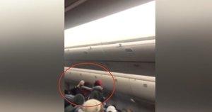 Lėktuve – keleivių dėmesį sukaustęs incidentas: kaukę dėvėti atsisakiusi moteris trenkė stiuardesei (nuotr. stop kadras)