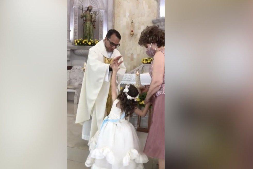 Tokio mergaitės poelgio bažnyčioje kunigas nesitikėjo – dvasininkas negalėjo sulaikyti juoko (nuotr. stop kadras)