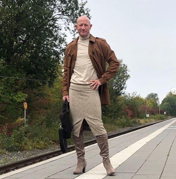 Markas Bryanas, Vokietijoje gyvenantis amerikietis, išdidžiai segasi aptemptus sijonus ir apsiavęs aukštakulniais eina į darbą