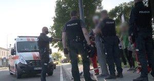 Į šalitgatvį įsižiūrėję patruliai pamatė kruviną vyrą: nedelsiant ėmė aiškintis, kas nutiko (nuotr. stop kadras)